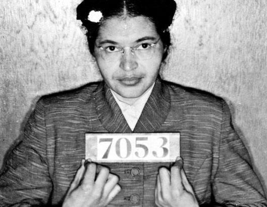 Rosa Parks presa por se recusar a se sentar nos bancos reservados aos negros.
